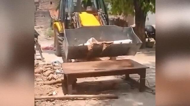 Hindistan koronavirüsün pençesinde: Kurbanlarının cesetleri kiralanan dozerlerle taşınıyor