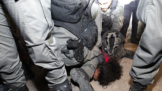 İşgalci İsrail polisinden Filistinli gence 'George Floyd' benzeri gözaltı: Nefes alamıyorum