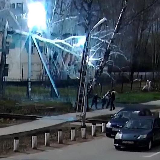 Moskovada kopan elektrik tellerinin altında kalmaktan kıl payı kurtuldular