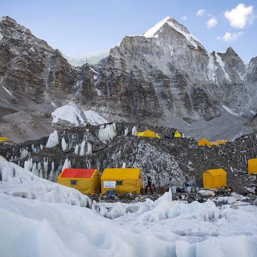 Koronavirüs dünyanın en yüksek noktasına da ulaştı: Everest dağcıları arasında vaka çok