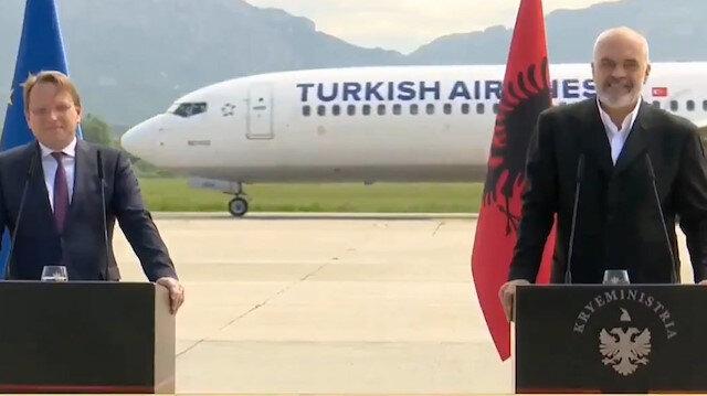 Arnavutluk'ta canlı yayınlanan basın toplasına THY damgası