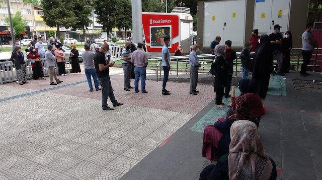Koronavirüs dolayısıyla yardım parası almak isteyenler PTT önünde kuyruk oluşturdu