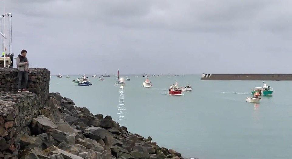 Londra hükümeti, balıkçılık konusunda Fransa'yla sorun yaşayan İngiltere'ye bağlı Jersey adasına yönelik abluka tehdidi sonrası adaya iki donanma gemisi gönderdi.