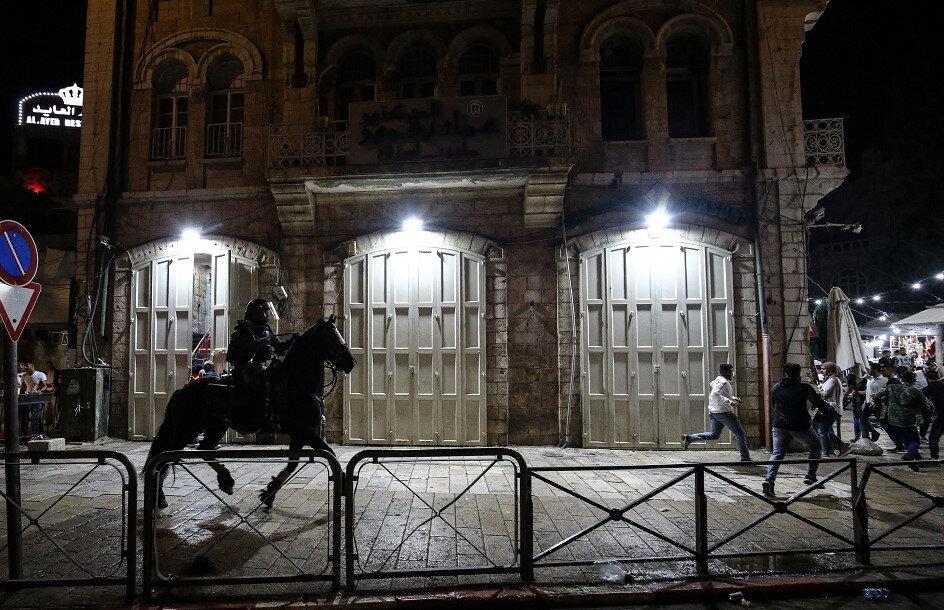 Direnişçi Kudüs halkına atlı askerlerle müdahale edildi.