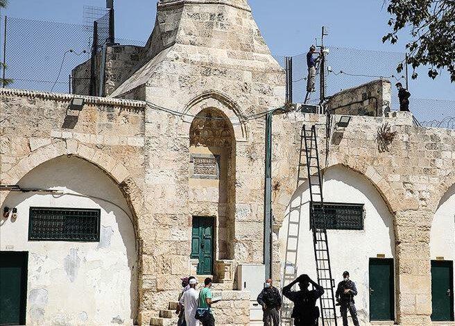 İşgalci İsrail, Mescid-i Aksa'daki minarelerin ses kablolarını kesti.