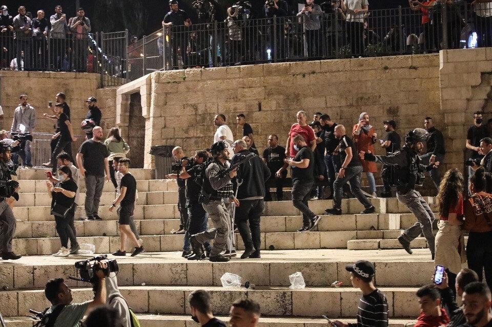 Kudüs halkının Şam kapısı meydanındaki merdivenlerde oturması engellendi.