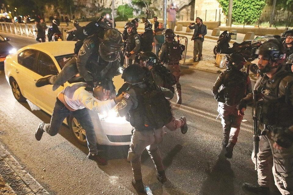 Olaylar sırasında Kudüslülere uygulanan kaba kuvvet birçok kez fotoğraflarla belgelendi.