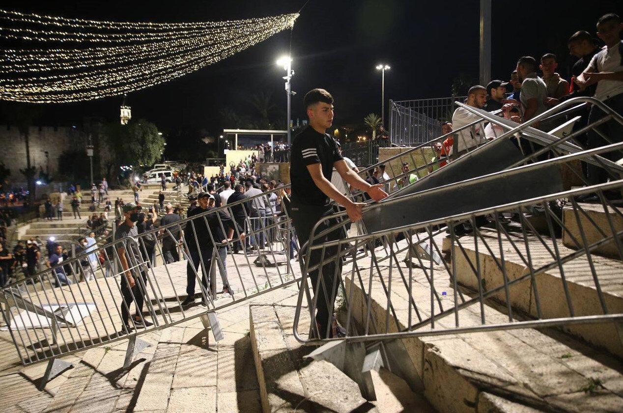 İsrail'in yerleştirdiği bariyerlerin başarılı bir mücadele sonrası kaldırıldığı an.