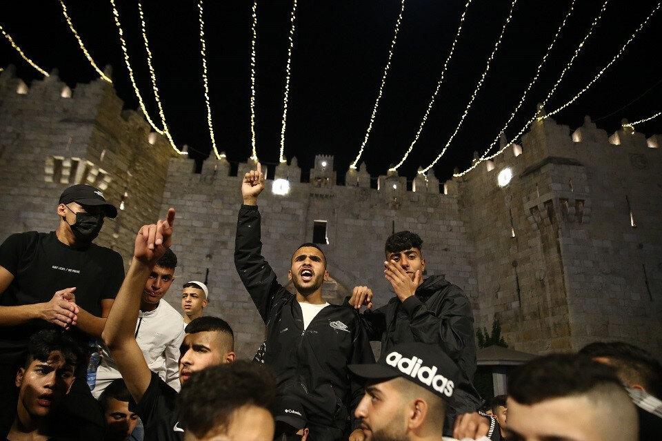 Uzun mücadele sonrası Şam kapısı meydanında zaferi elde eden Kudüslü gençler.