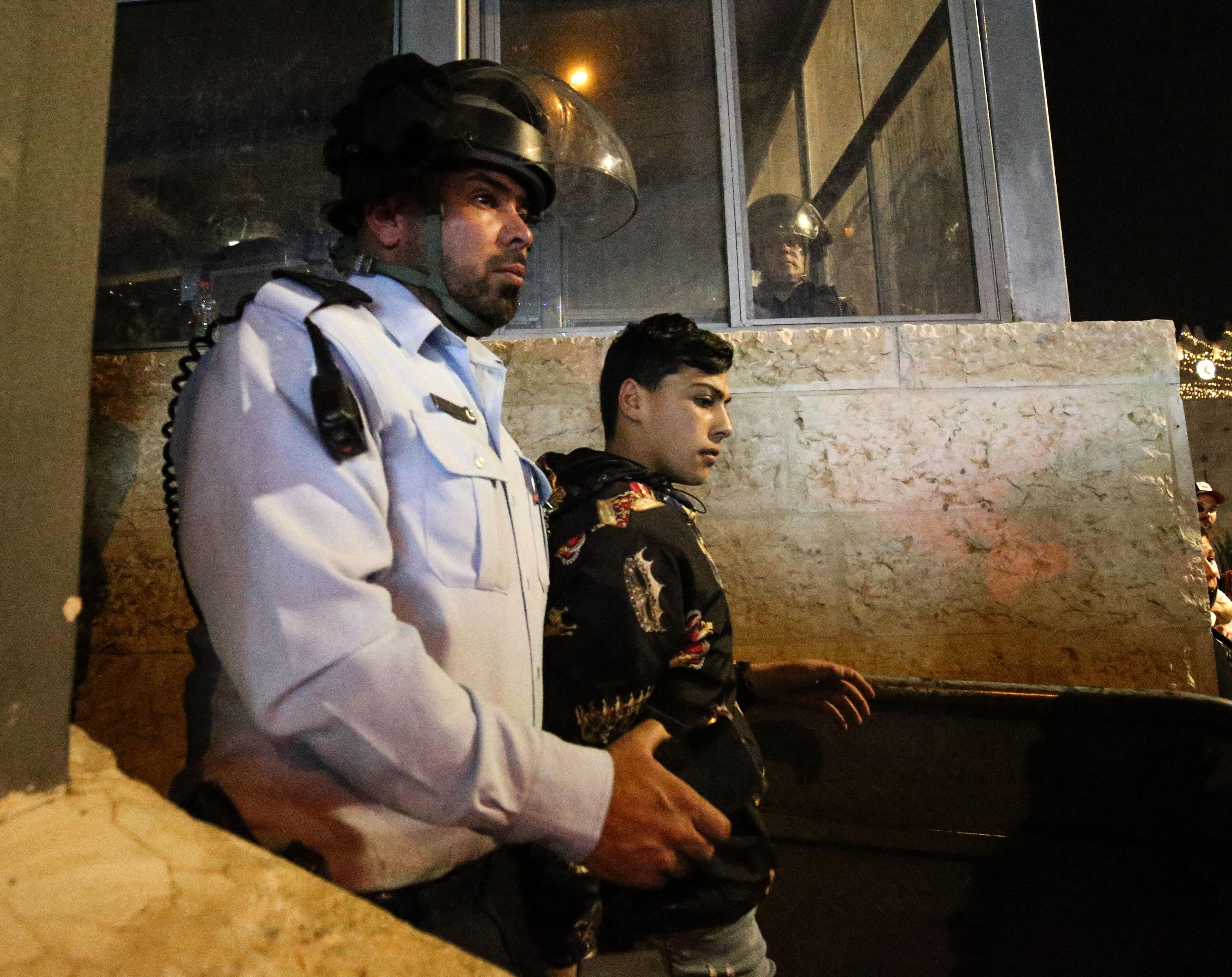 İsrail'in yaşına aldırış etmeden gözaltına aldığı çocuklardan bir tanesi.
