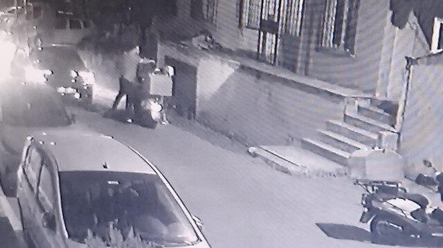 Maganda sürücü kendisini uyaran motokuryeyi defalarca yumrukladı