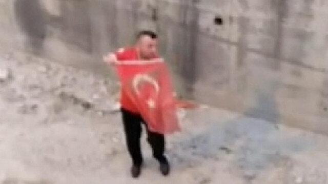 Osmaniye'de dere yatağına düşen Türk bayrağı ihbar üzerine itfaiye ekiplerince çıkarıldı