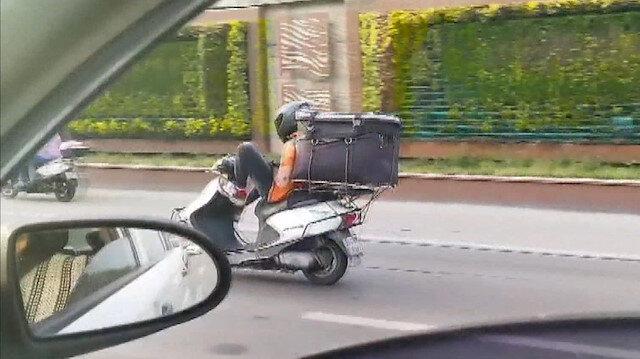 Bayrampaşa'da motosikleti ayağıyla kullanan kurye kazaya davetiye çıkardı