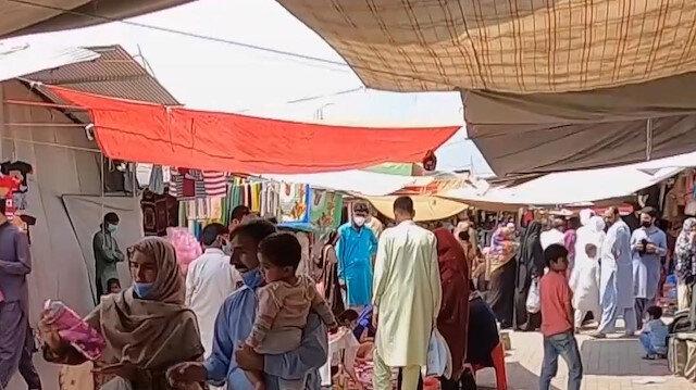 Pakistan'da kapanma öncesi çarşı-pazar hareketliliği başladı