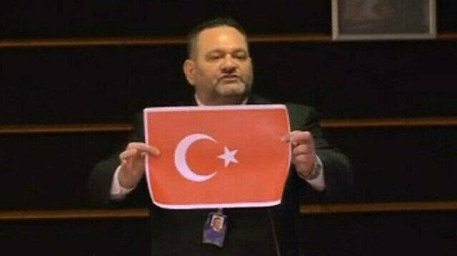 Türk bayrağını yırtan ırkçı Yunan vekil hapis cezasını çekmesi için ülkesine teslim edilecek