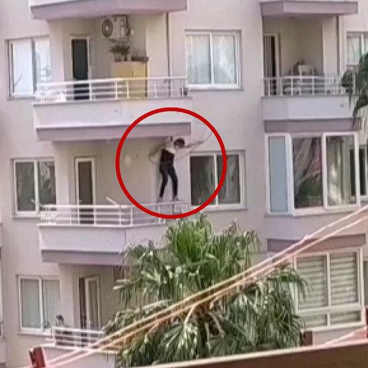 Mersinde polisten kaçmaya çalışan zanlı balkondan aşağıya sarktı
