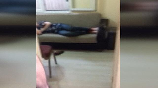 Kumar baskınında polisi görünce uyuma numarası yaptı