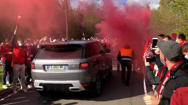 Burak Yılmaz'a Fransa'da sevgi seli: Meşale ve Türk bayraklarıyla karşıladılar