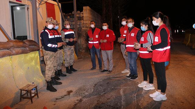 Kızılay gönüllüleri jandarma ekiplerine ilahiler eşliğinde helva dağıttı
