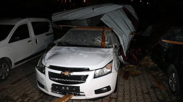 Yozgat'ta etkili olan fırtına çatıları uçurdu çok sayıda araca hasar verdi