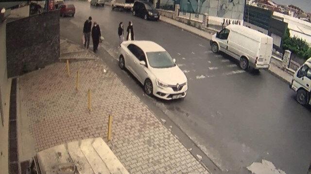 El freni çekilmeyen otomobil yokuş aşağı kaydı insanlar saniyelerle kurtuldu