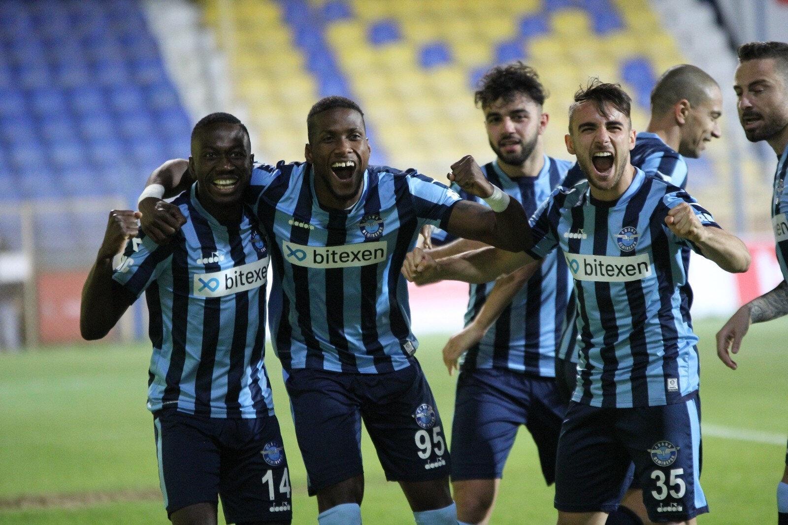 Adana Demirsporlu futbolcuların sevinci
