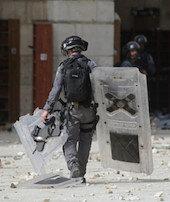 İsrail polisi Mescid-i Aksada AA kameramanını darbetti