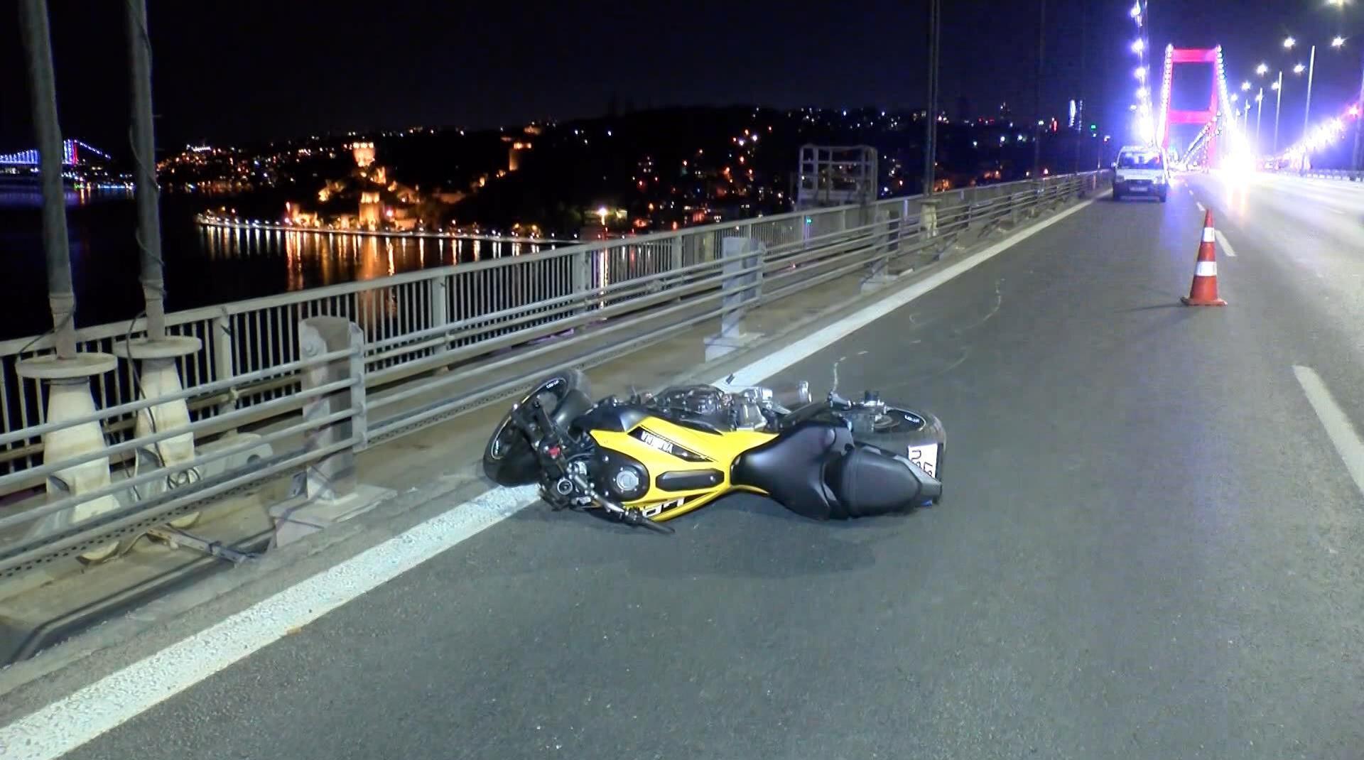 FSM Köprüsü'nde ön tekerini kaldırıp ilerleyen motosikletli dengesini kaybedince 250 metre sürüklendi.