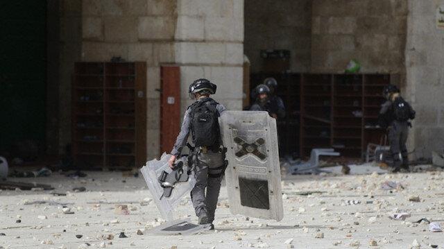 İşgalci İsrail polisi Mescid-i Aksa'daki olayları takip eden AA kameramanını saldırarak darp etti