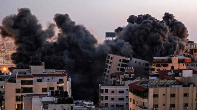İşgalci İsrail kuvvetleri Gazze'de 13 katlı binayı vurarak yıktı