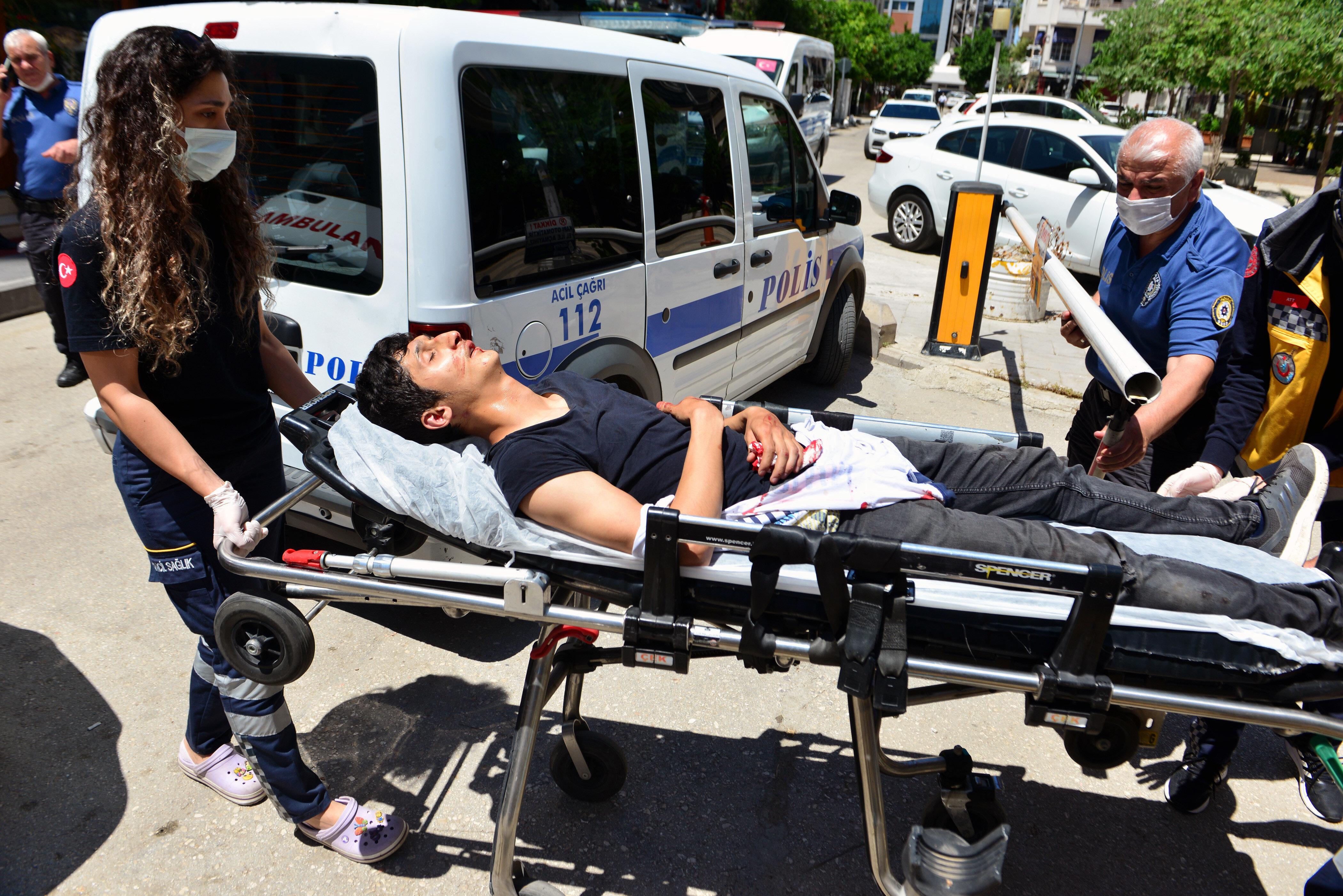 Adana'da yaklaşık 15 kişinin darp ettiği genç, bankaya sığınarak kurtuldu.
