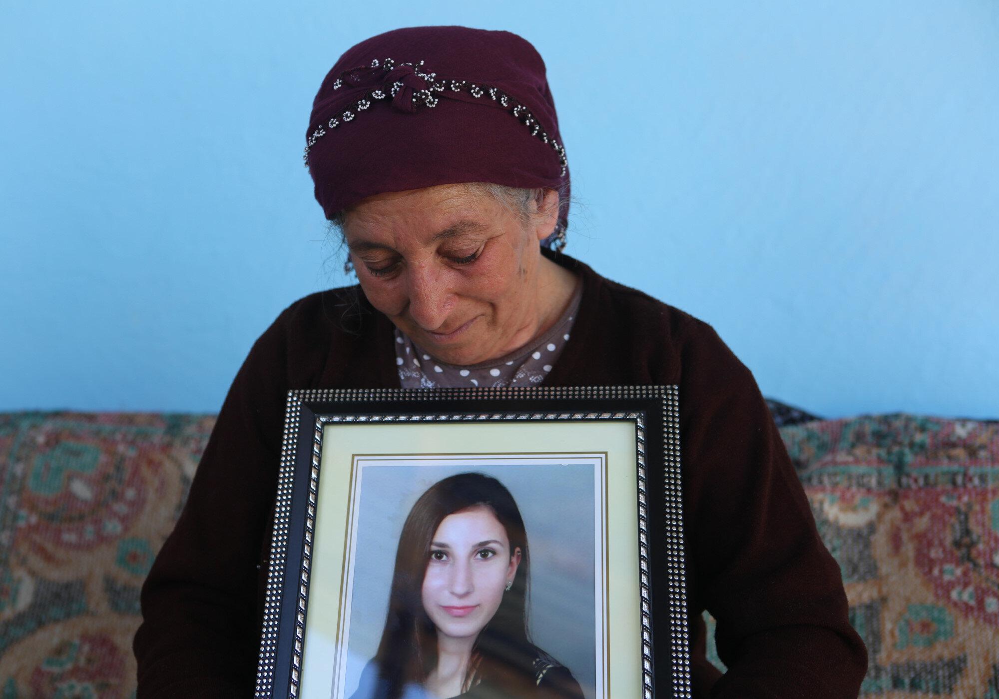 Güllü Turan kızının fotoğrafını ve okulda verilen takdir belgelerini eline alıp, geride bıraktığı eşyalarını koklayarak, gözyaşı döktü.