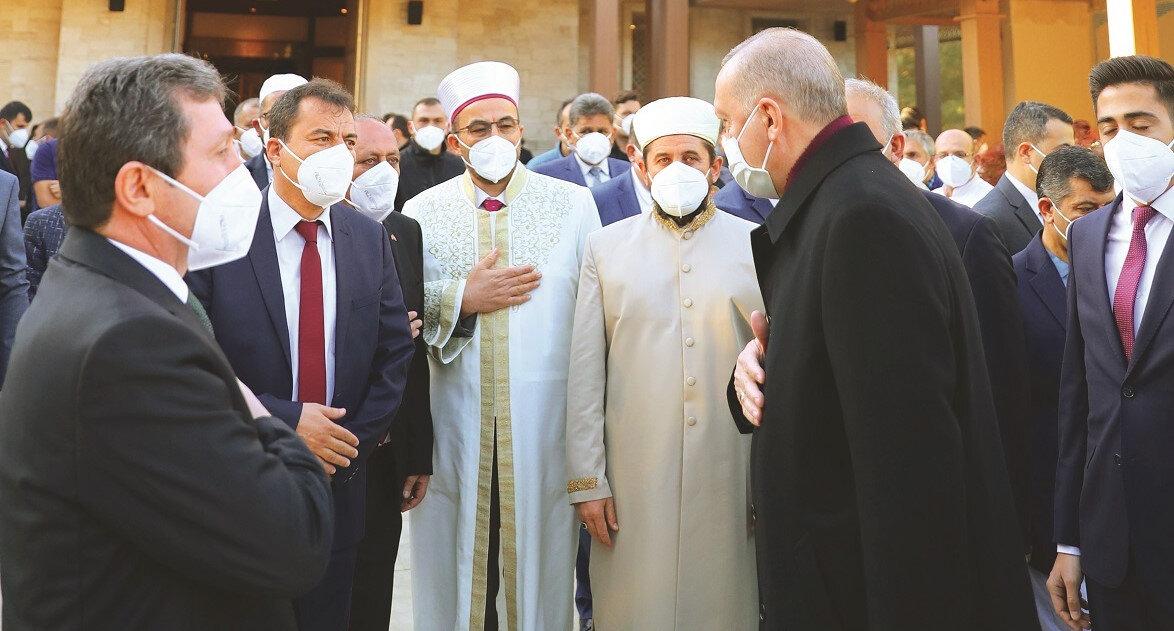 Bayram namazını Marmaris Millet Camii'nde kılan Erdoğan daha sonra vatandaşlarla bayramlaştı.