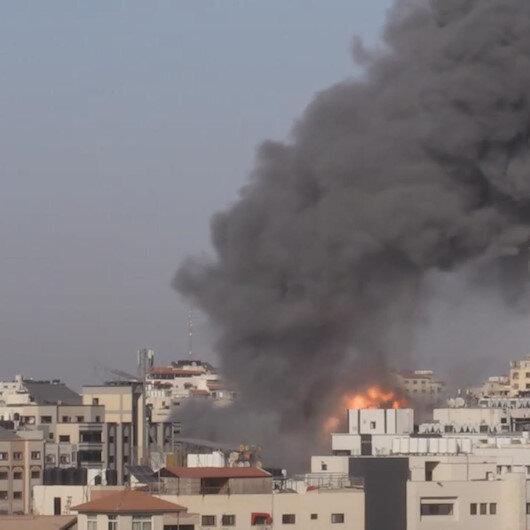 İşgalci İsrail, Gazzedeki Filistin Üretim Bank binasını vurdu