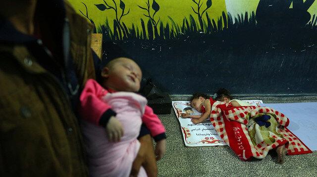 Gazze bombardıman altında: Filistinli aileler çocuklarıyla okullara sığındı