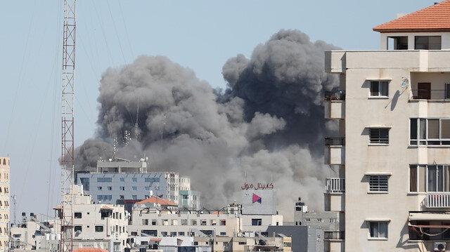 Terör devleti İsrail Gazze'de uluslararası televizyonların da bulunduğu 13 katlı binayı yerle bir etti