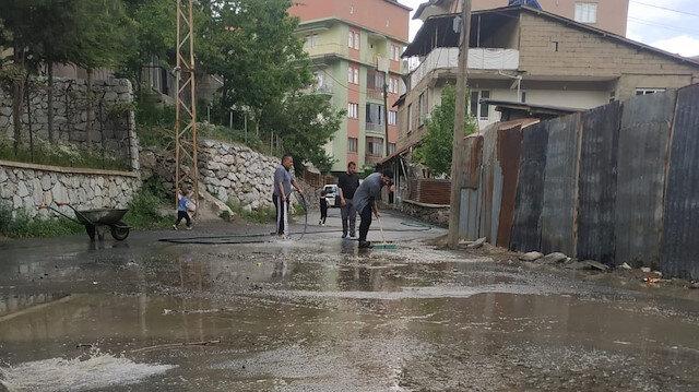 Mahalle halkı eline hortum alıp cadde ve sokakları yıkadı