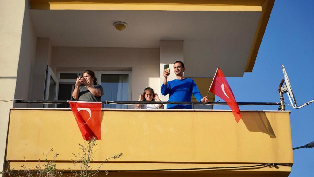 """Balkonlarından müzisyenlere istek parça göndermeyi de ihmal etmeyen vatandaşlar, """"Hayat Bayram Olsa"""" şarkısını defalarca isteyerek yüksek sesle eşlik edip bayram coşkusunu derinden yaşadılar."""