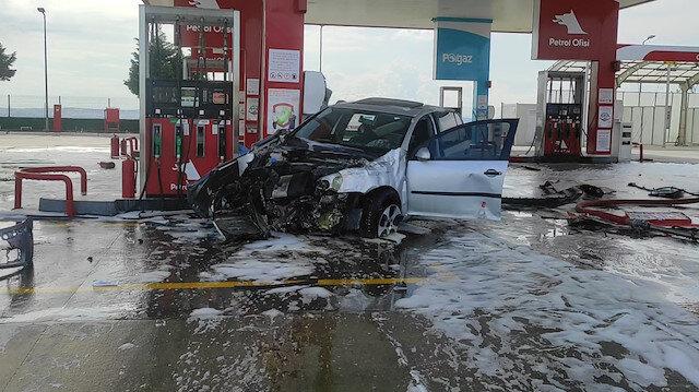 Alkollü sürücü otomobiliyle akaryakıt istasyonuna daldı: Alev topuna dönen araçtaki 2 kişi yaralandı