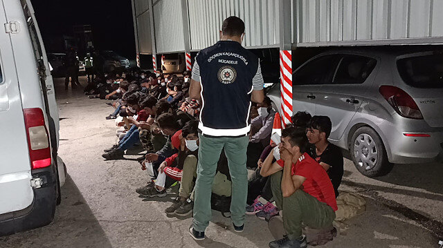 İki minibüste balık istifi taşınan 66 kaçak göçmen yakalandı