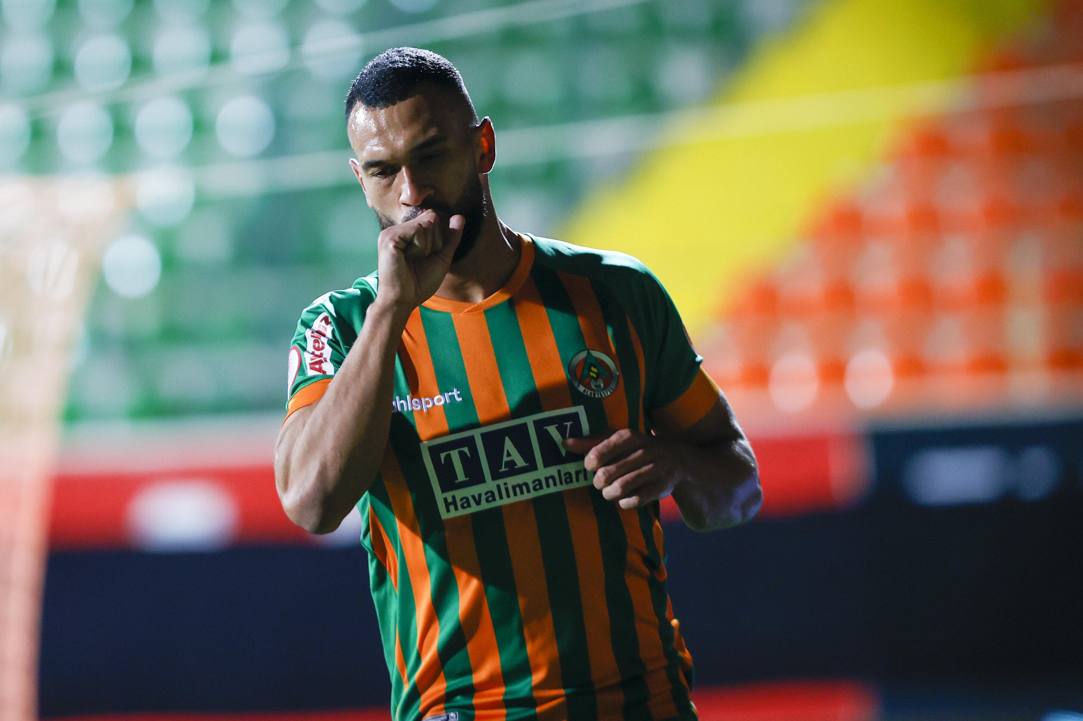 29 yaşındaki Caulker, bu sezon Alanyaspor formasıyla çıktığı 37 maçta 4 gol atarken 2 de asist yaptı.