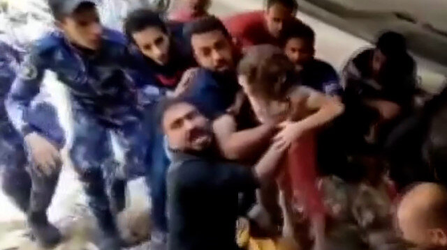 Gazze'de Filistinli küçük kız 7 saat sonra enkaz altından tekbirlerle çıkarıldı