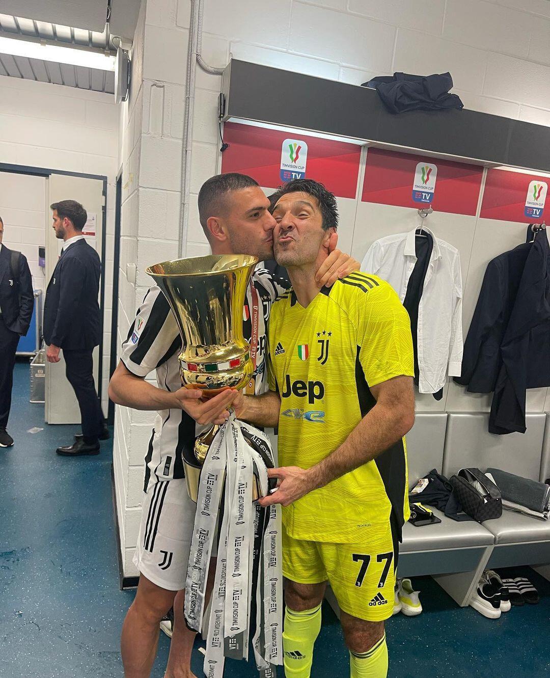 Merih ve Buffon'un kupa pozu