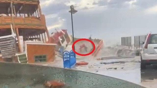 Fırtınanın vurduğu Ayvalık'ta onlarca tekne battı: Bir kişi tekneden böyle düştü