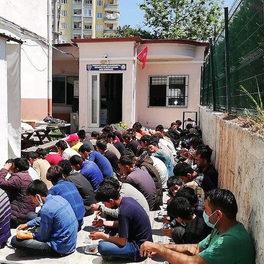 İki minibüste balık istifi taşınan 74 kaçak göçmen yakalandı