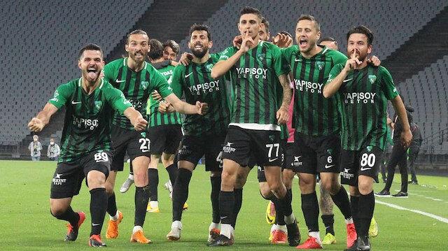 Kocaelispor ezeli rakibi Sakaryaspor'u farklı yenerek 1. lige yükseldi