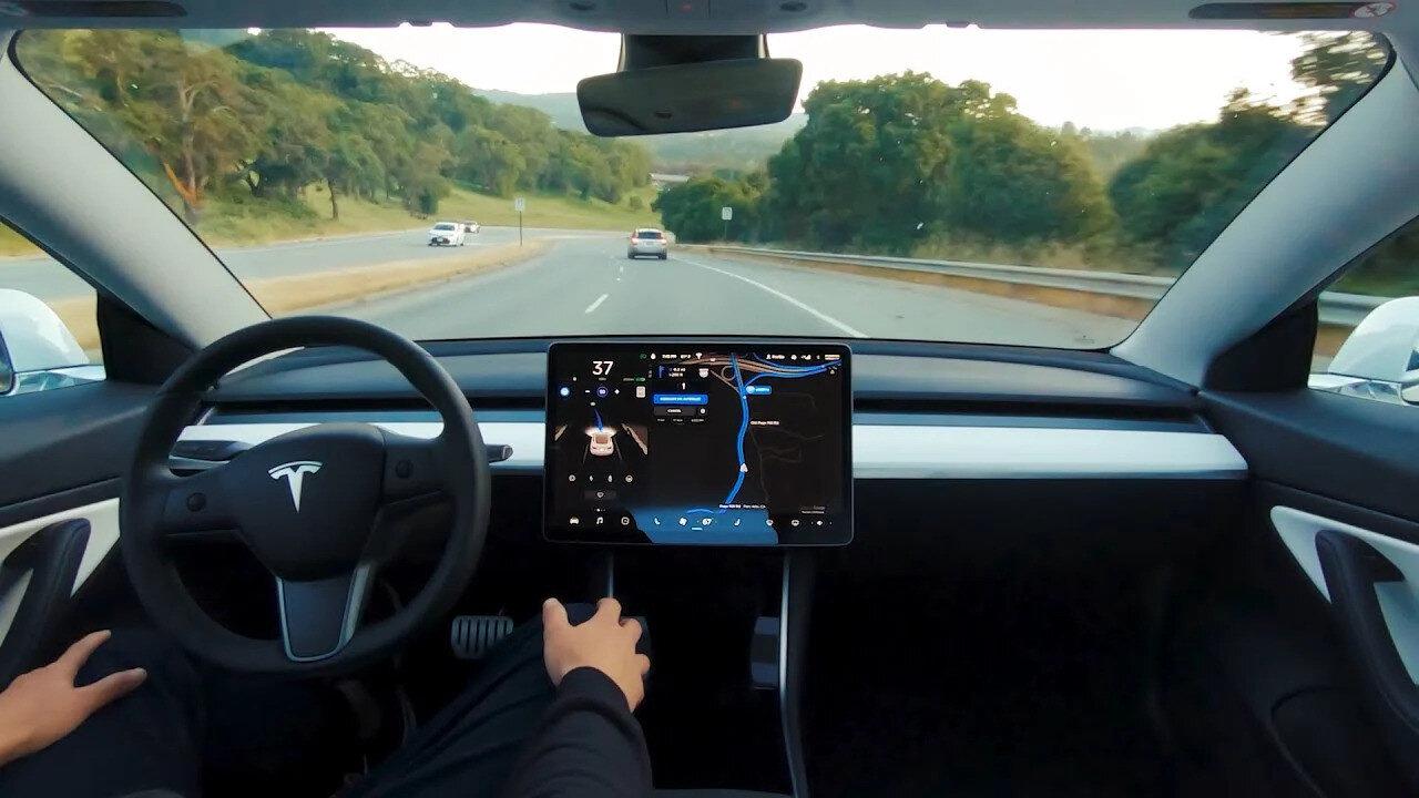 Böylece otomatik pilot aktif edildiğinde sürücüler dikiz aynası üzerine yerleştirilen kamera üzerinden izleniyor.