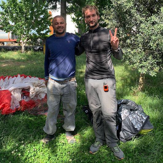Burdur'da çiftçi tarlasına inen paraşütçüyle buluştu
