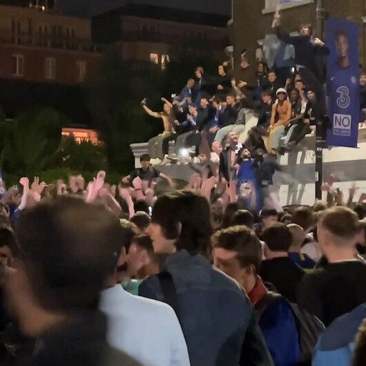 Chelsea'li taraftarlar Şampiyonlar Ligi şampiyonluğunu Stamford Bridge Stadı'nın önünde kutladı