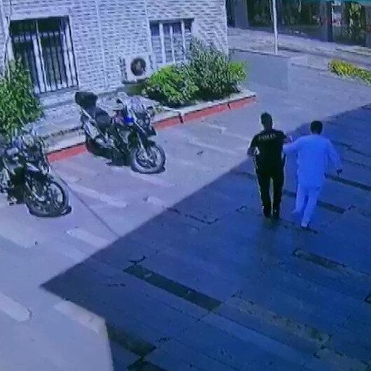 İfadesi alınmak üzere karakola gelen ayağından rahatsız adamı polis memuru kucağında taşıdı